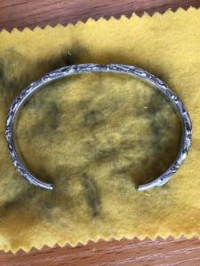 黒ずみ除去後にクロスで磨いたバングル画像1