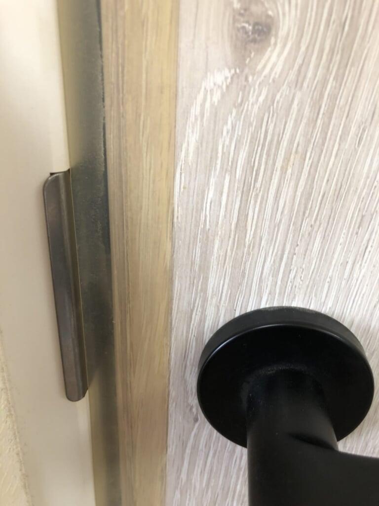 部屋のドアに隙間埋めシールを貼った状態の写真1