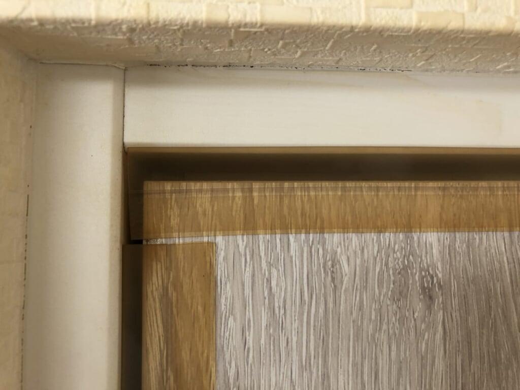 部屋のドアに隙間埋めシールを貼った状態の写真2