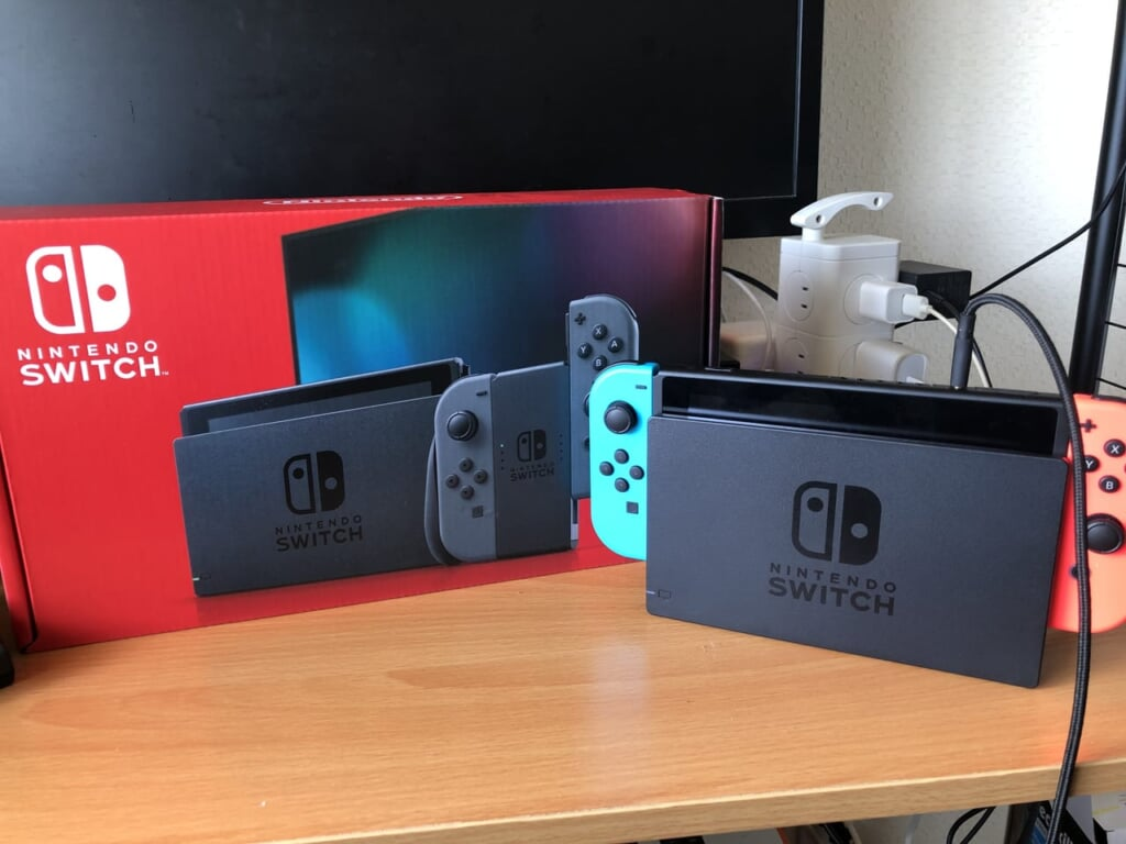 Nintendo Switchのネオンブルーとグレーの二台の画像